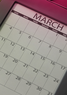 Imagem de um calendário do mês de março. A imagem ilustra que é boa ideia planear quando vai começar o período para poder estar preparada: por exemplo, com tampões na carteira.