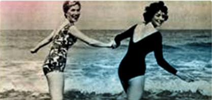 Imagem de duas mulheres em fato de banho, de mãos dadas. A imagem é antiga e ilustra a revolução feminina.